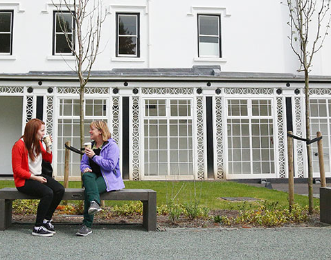 two students sitting outside Scale Howe. Original file name: 安布尔塞德-1.jpg